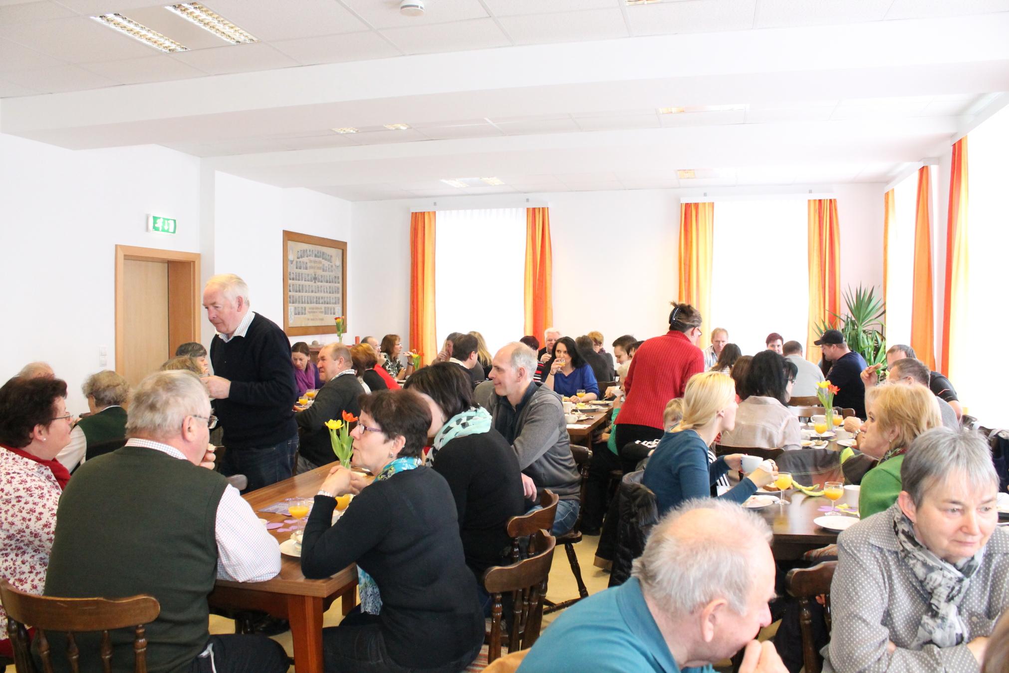 Beim Frühstück im Gespräch im Cafè Rosi